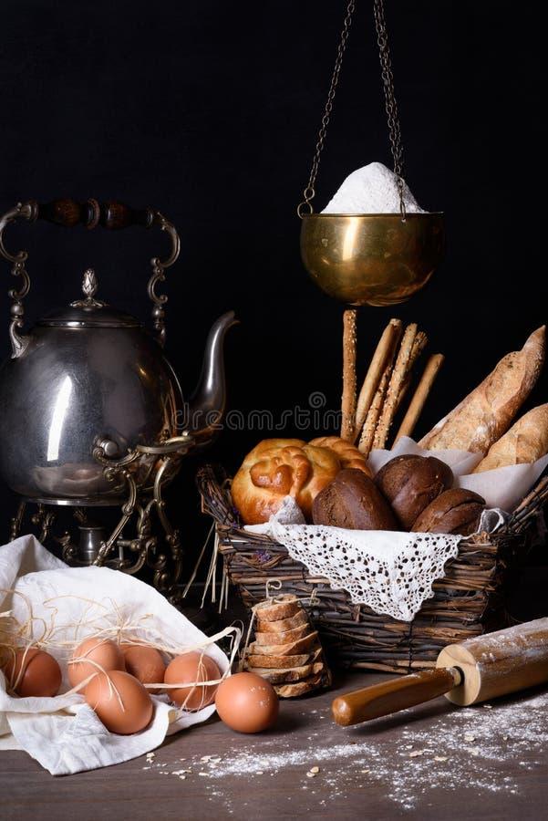 Variedad de pasteles y de pan con los huevos marrones y la harina orgánicos Contador de la panadería foto de archivo libre de regalías