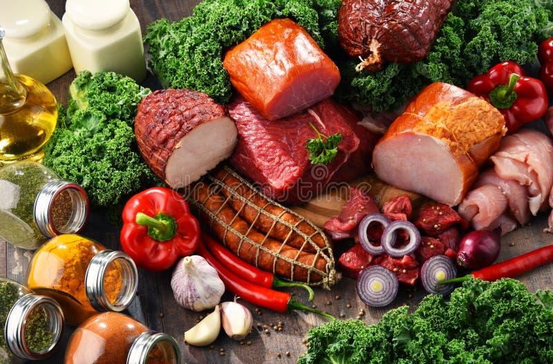 Variedad de productos de carne incluyendo el jamón y las salchichas imagen de archivo libre de regalías