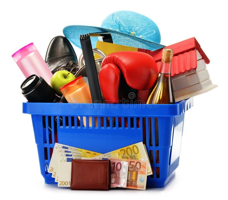 Variedad de productos de consumo en cesta de compras plástica fotografía de archivo
