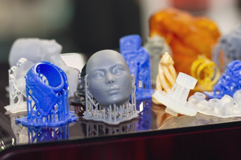 Variedad de productos pl?sticos manufacturados por la impresi?n 3D imágenes de archivo libres de regalías