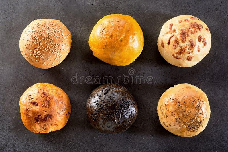 Variedad de seis panes Rolls dispuesto en dos filas fotografía de archivo