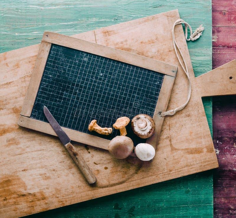 Variedad de setas frescas en tabla de cortar de madera fotografía de archivo