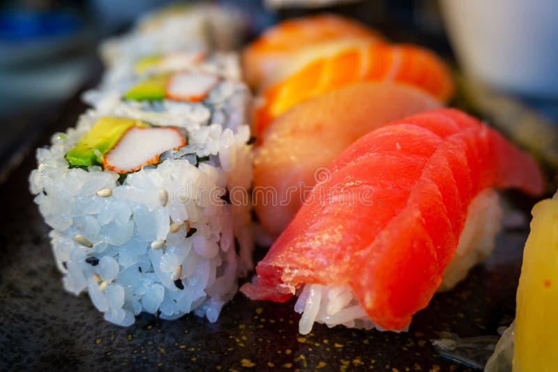 Variedad de sushi delicioso Bento With California Roll de Nigiri imagen de archivo libre de regalías