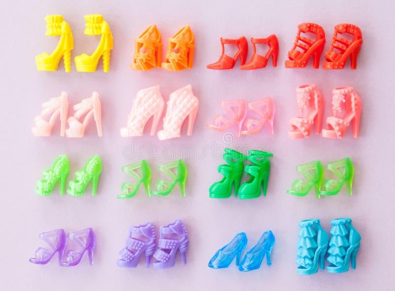 Variedad de tacones altos coloridos imagen de archivo