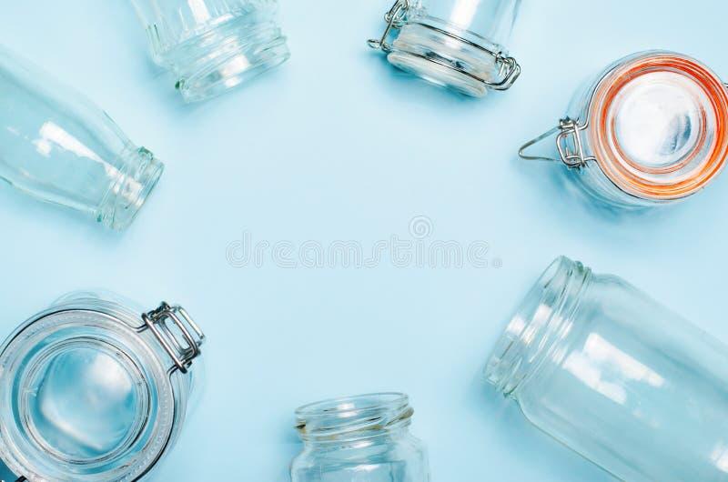 Variedad de tarros y de botellas de cristal, concepto que hace compras inútil cero imagen de archivo