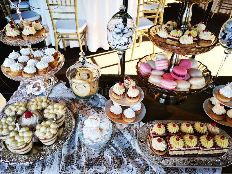 Variedad de tortas en las placas y los buques de cristal fotografía de archivo libre de regalías