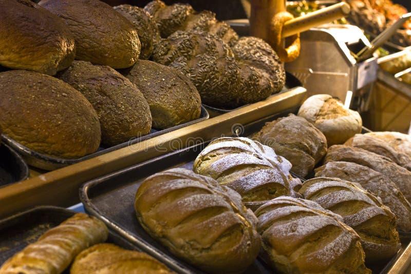 Variedad de un pan, un trigo y un centeno, un blanco y una oscuridad foto de archivo