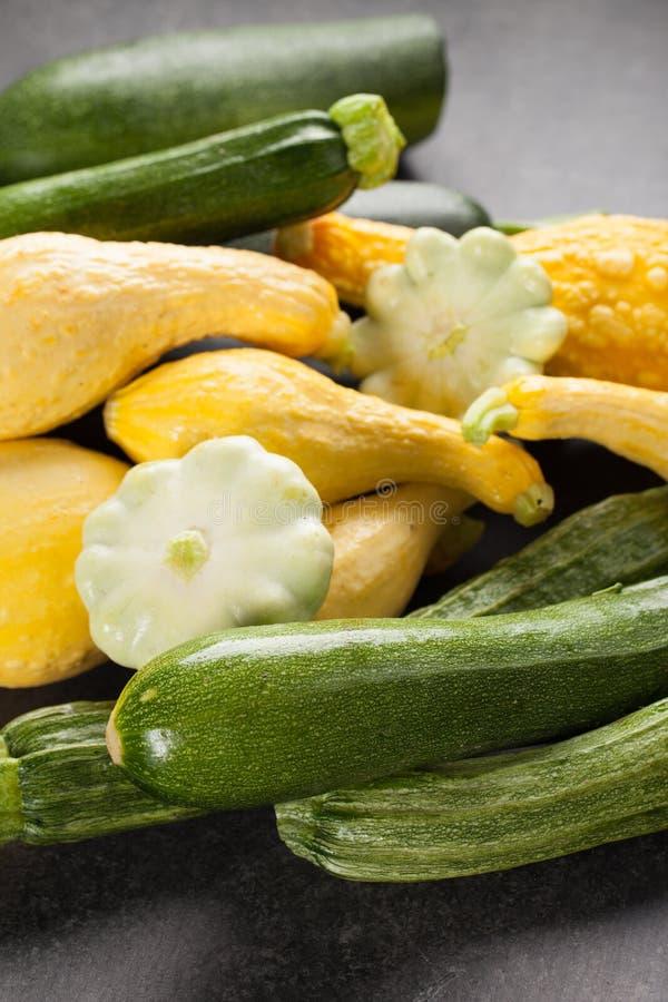 Variedad de verduras calabaza y calabacín imagenes de archivo