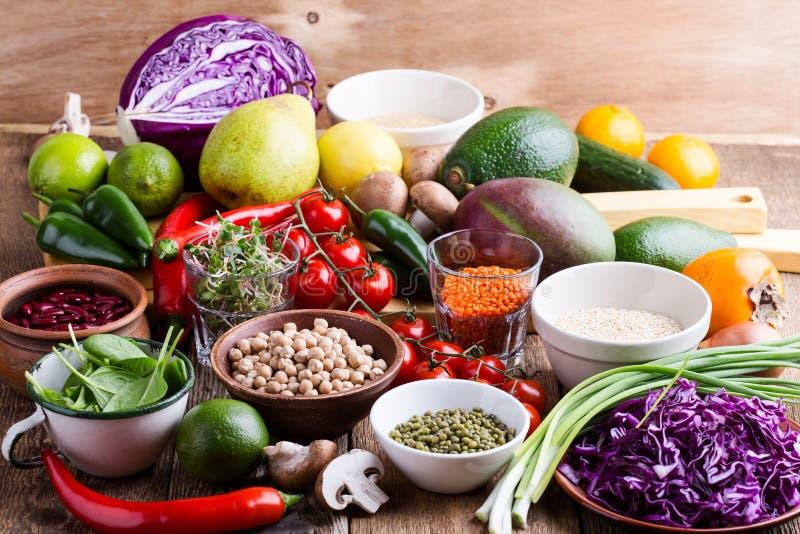 Variedad de verduras frescas, de frutas, de granos secos y de habas imagen de archivo libre de regalías