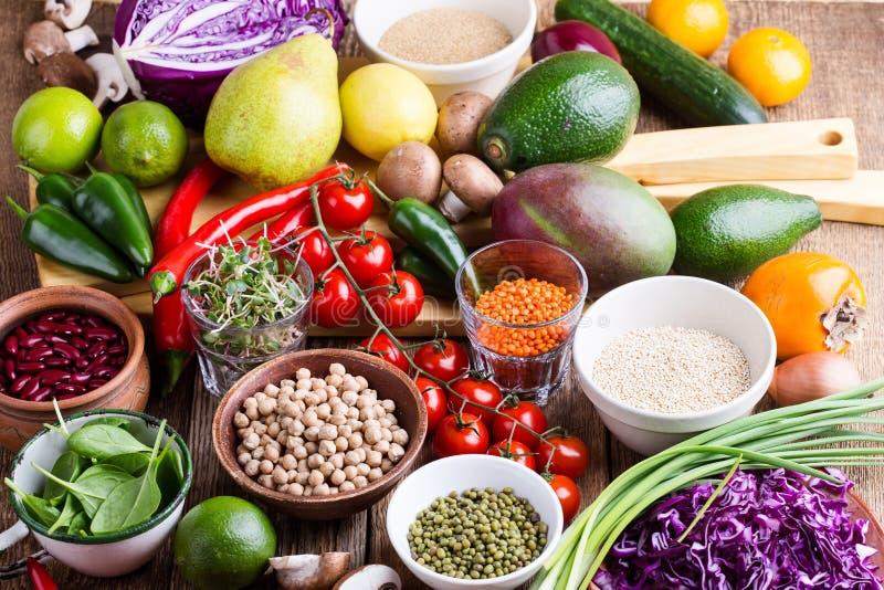 Variedad de verduras frescas, de frutas, de granos secos y de habas imágenes de archivo libres de regalías