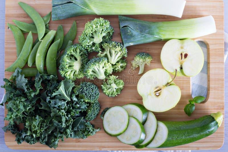 Variedad de verduras y de frutas verdes fotografía de archivo libre de regalías
