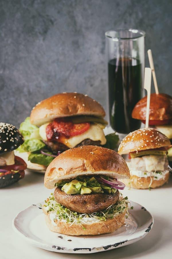 Variedad hecha en casa de las hamburguesas imagenes de archivo