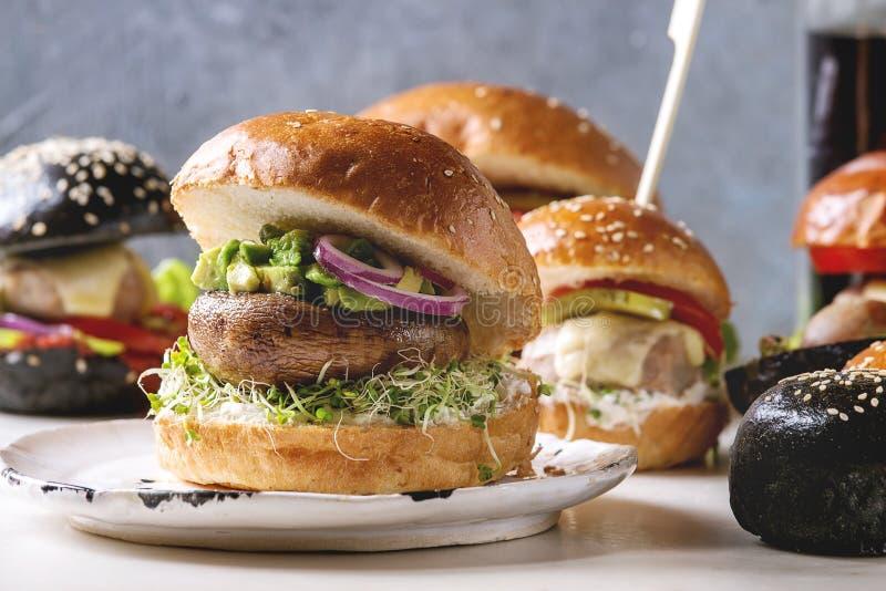 Variedad hecha en casa de las hamburguesas imagen de archivo libre de regalías