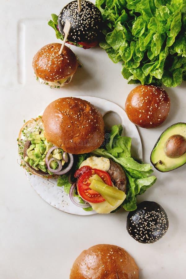 Variedad hecha en casa de las hamburguesas imagen de archivo