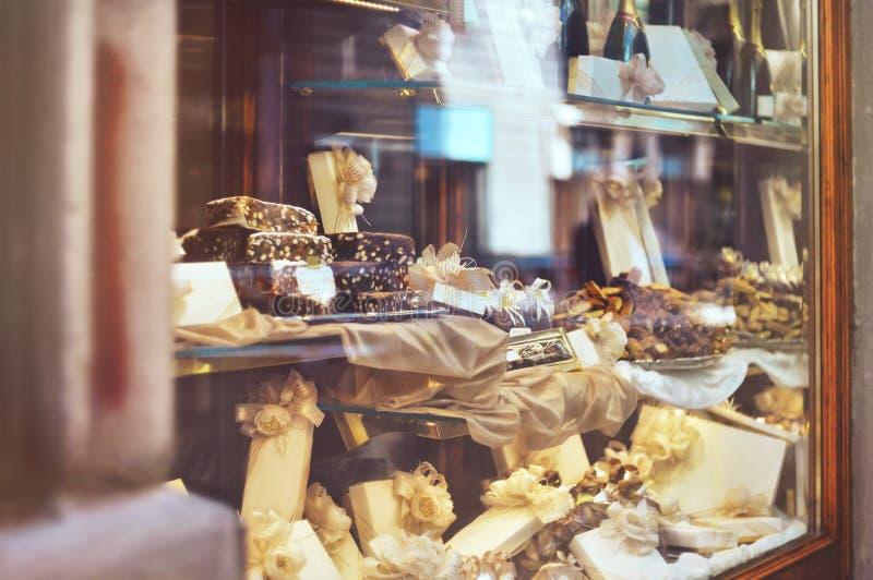 Variedad rica de chocolates, de caramelos y de galletas con una caja de regalo imagen de archivo