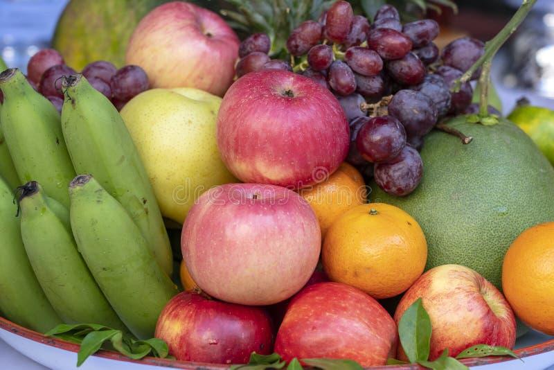 Variedade da banana, das uvas, da laranja, da maçã, do abacaxi, da tangerina e da toranja do fruto fresco em uma bandeja closeup imagens de stock