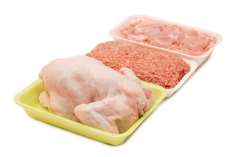 Variedade da carne crua nas bandejas isoladas fotos de stock