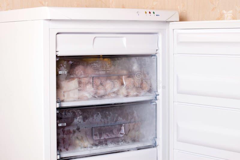Variedade da carne e de bolinhas de massa congeladas no refrigerador home Alimento congelado no refrigerador foto de stock royalty free