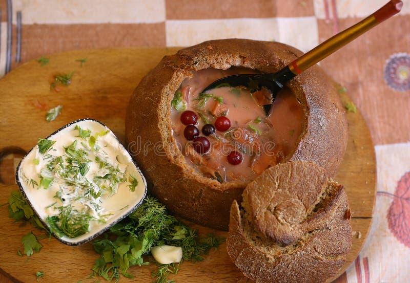 Variedade da sopa em umas bacias com beterrabas, cebola, cabage todo o fim dos ingradients do vegetariano acima da foto fotos de stock