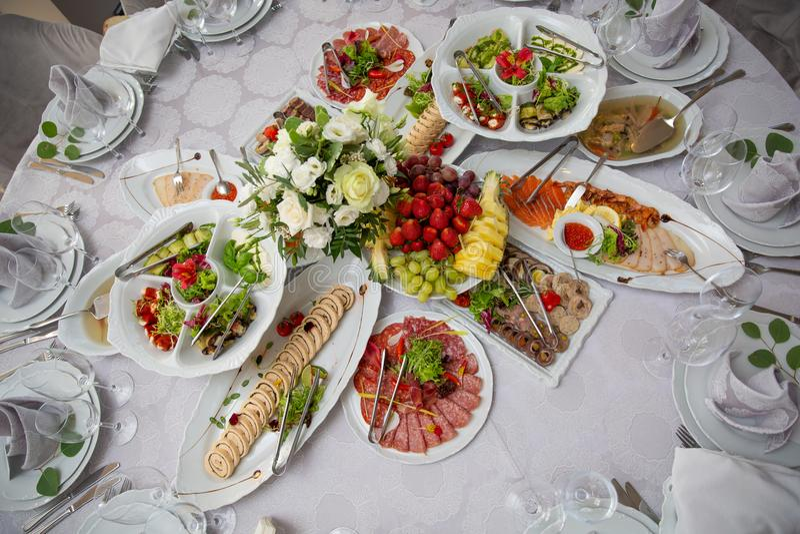 Variedade das refeições do café da manhã na configuração do plano do restaurante Vista superior na tabela de bufete com os petisc foto de stock