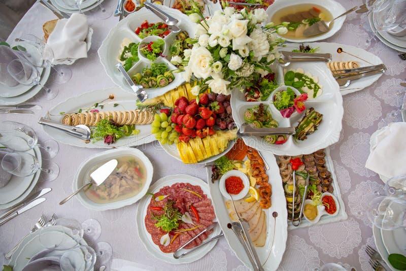 Variedade das refeições do café da manhã na configuração do plano do restaurante Vista superior na tabela de bufete com os petisc fotos de stock royalty free