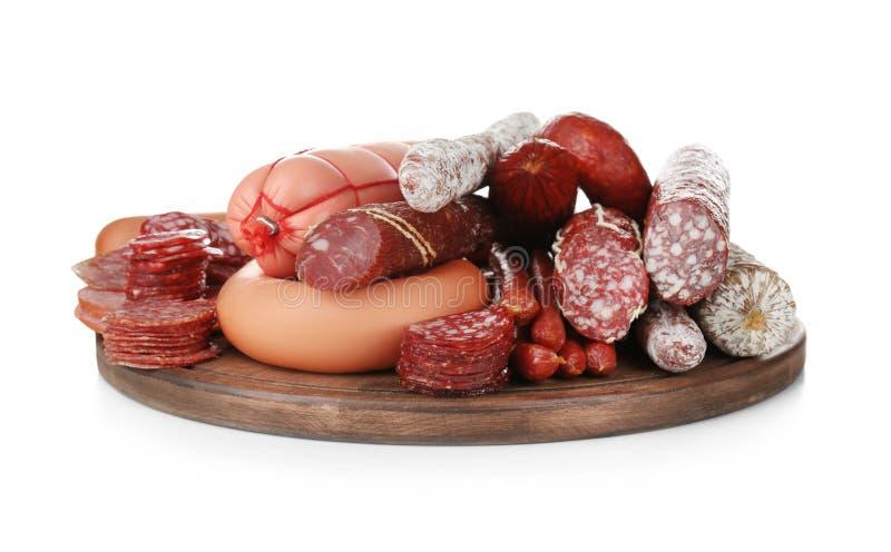 Variedade das salsichas na placa de madeira, isolada imagens de stock