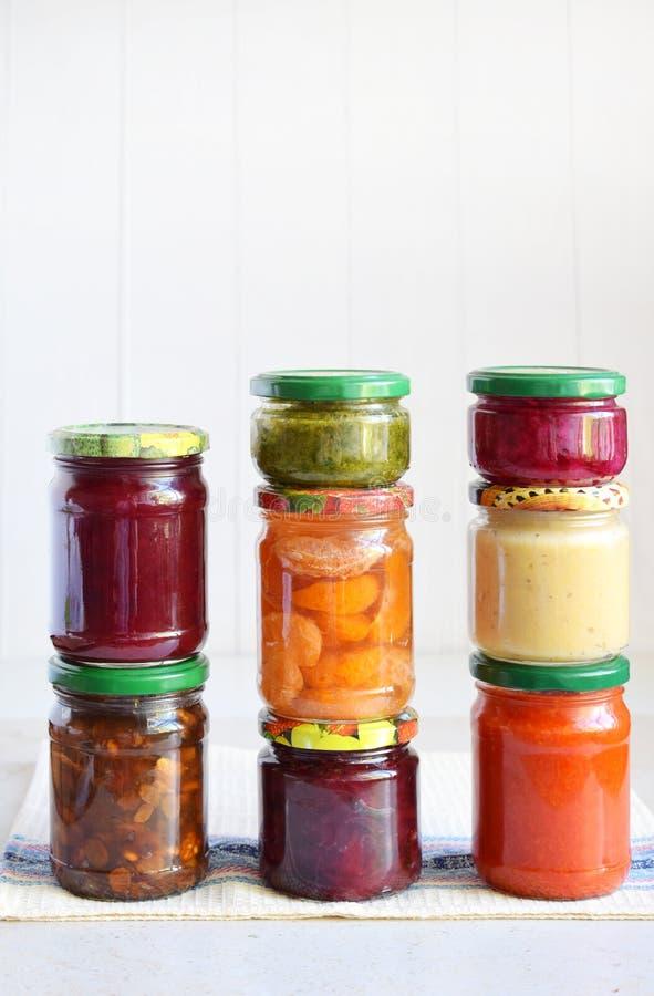 Variedade de alimento preservado nos frascos de vidro - salmouras, doce, doce de fruta, molhos, ketchup Preservando vegetais e fr fotografia de stock royalty free