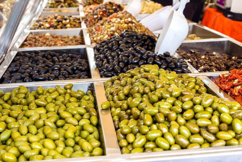 Variedade de azeitonas diferentes para a venda em uma janela da loja fotografia de stock royalty free