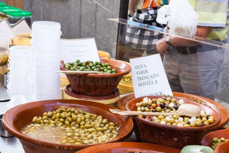Variedade de azeitonas verdes conservadas para a venda em uma fervura com uma colher no mercado de Sineu, Majorca fotografia de stock