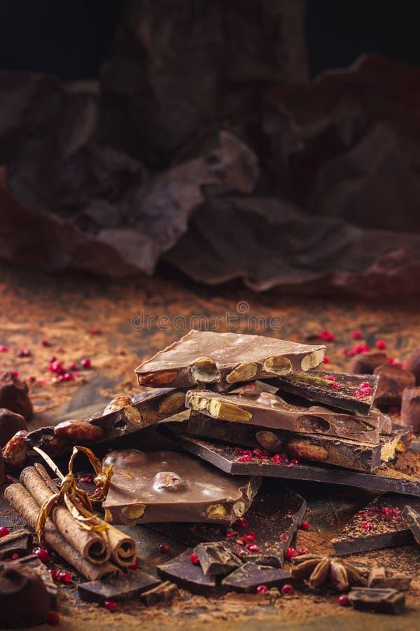 Variedade de barras de chocolate, de trufas, de especiarias e de pó de cacau fotos de stock