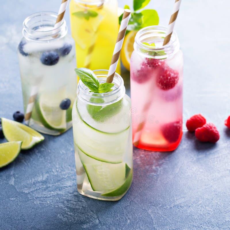 Variedade de bebidas do frio em umas garrafas imagem de stock