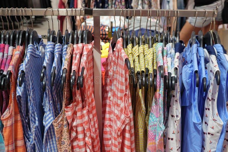 Variedade de camisas coloridas do verão na prateleira na loja imagem de stock royalty free
