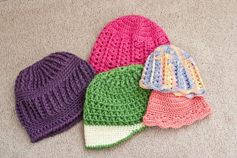 Variedade de chapéus feitos crochê foto de stock