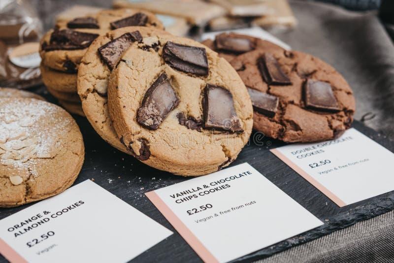 Variedade de cookies na venda em um mercado fotografia de stock