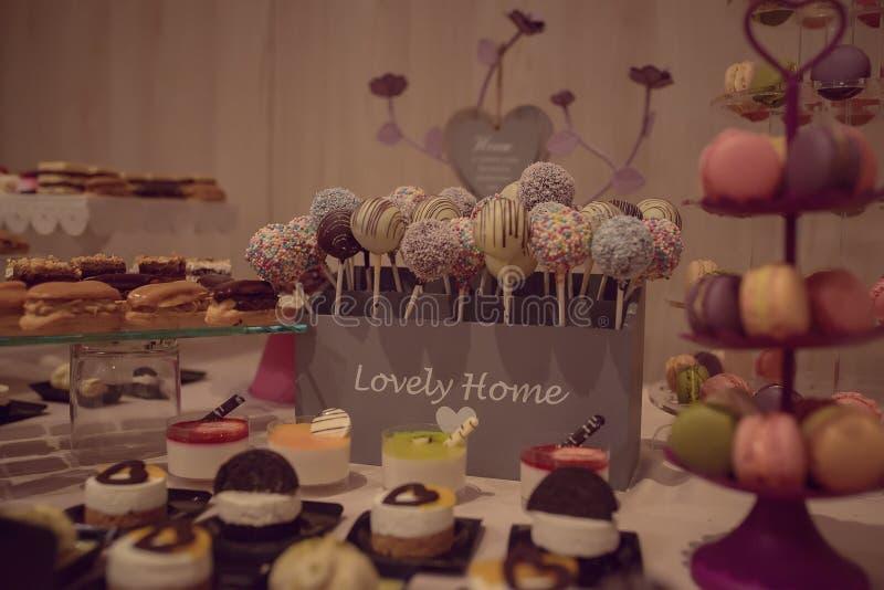 Variedade de deleites do doce em uma barra de chocolate fotografia de stock