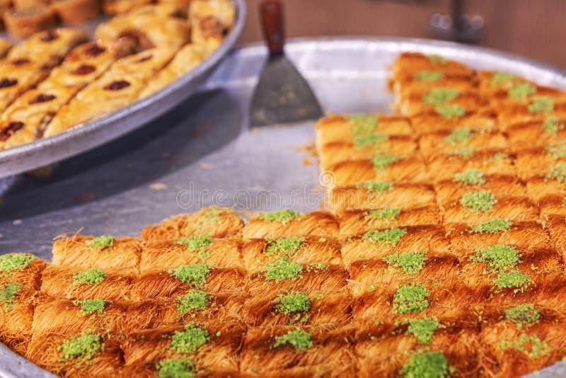 Variedade de doces orientais em uma grande placa no mercado Close-up fotografia de stock