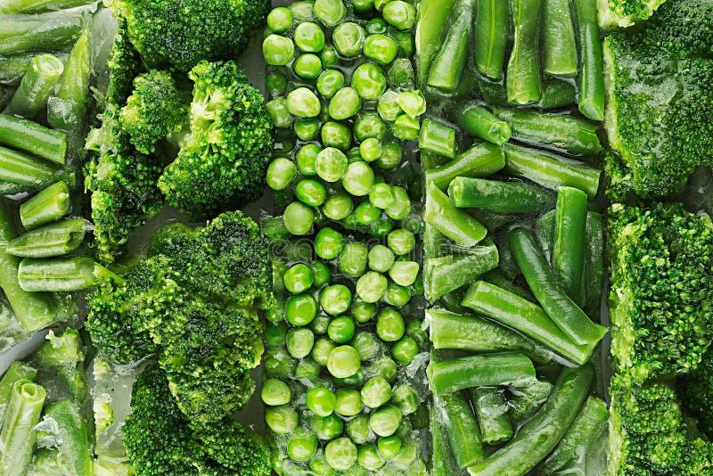 Variedade de ervilhas verdes congeladas frescas, feijão francês, brócolis com o close up da geada como o fundo imagem de stock royalty free