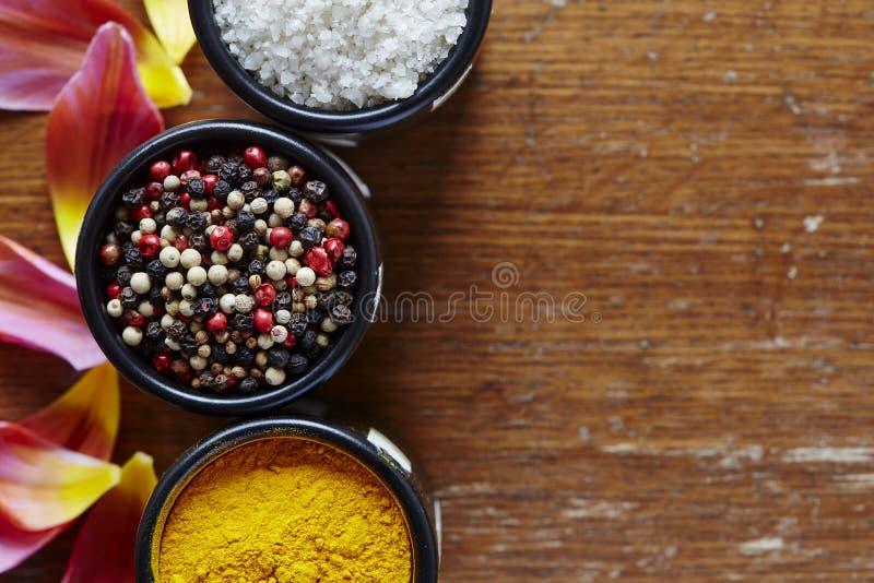 Variedade de especiarias na atmosfera colorida da cozinha foto de stock