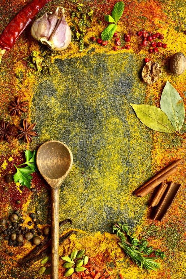 Variedade de especiarias naturais Vista superior com espaço da cópia imagem de stock