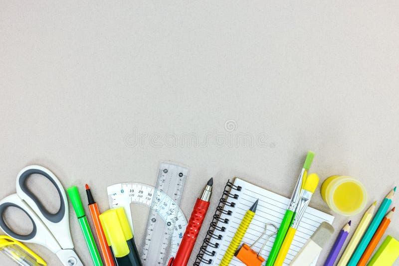 Variedade de fontes de escola com lápis, caderno, marcadores na GR imagem de stock