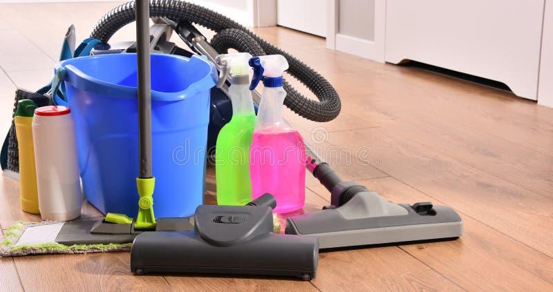 Variedade de garrafas detergentes e de fontes de limpeza química fotos de stock royalty free