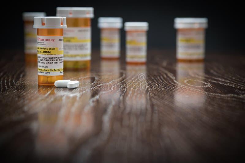 Variedade de garrafas e de comprimidos Não-proprietários da medicina da prescrição fotos de stock royalty free
