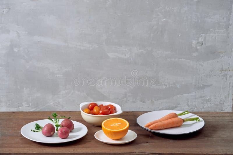 Variedade de ingredientes em um prato, isolada na laranja cinzenta, carro fotos de stock royalty free