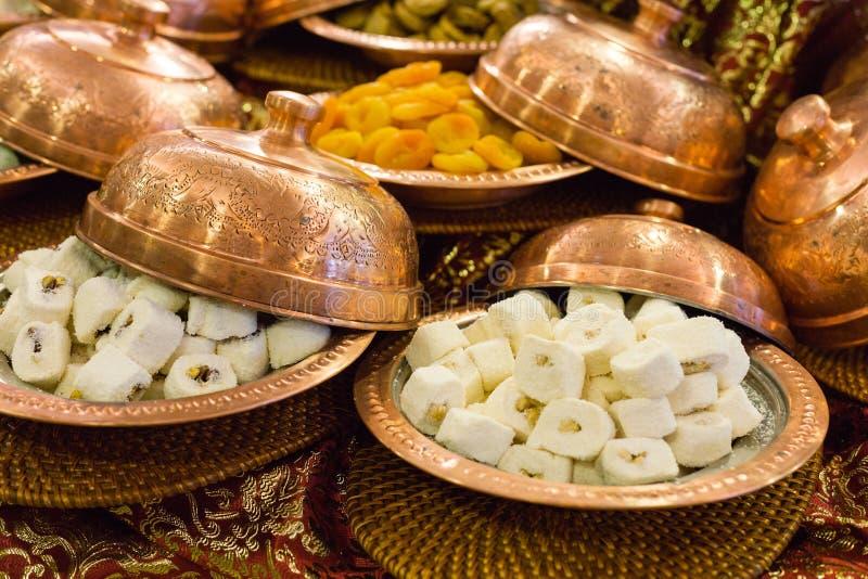 Variedade de loukoum e de frutos secos foto de stock royalty free