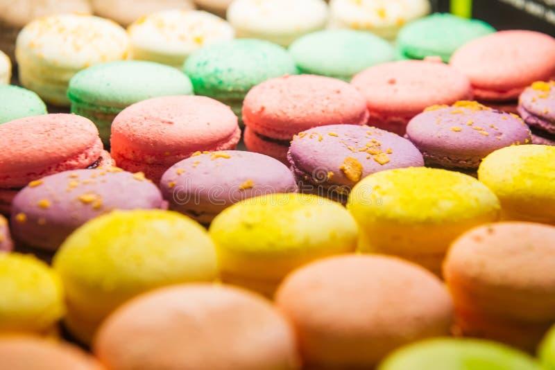 Variedade de macarons coloridos para a venda na loja As fileiras dos bolinhos de amêndoa nos doces compram, montra com doces, mos imagens de stock royalty free