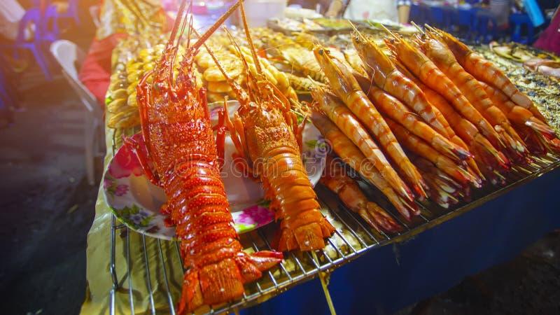 Variedade de marisco grelhado no mercado da noite de Kota Kinabalu em Kota imagem de stock