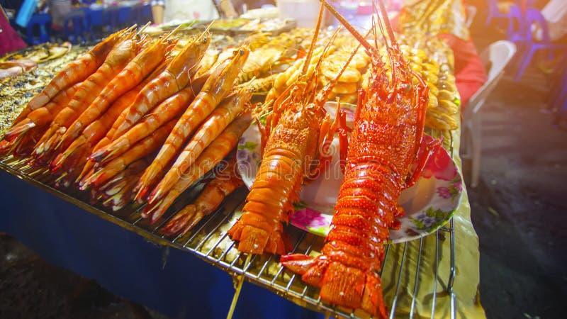 Variedade de marisco grelhado no mercado da noite de Kota Kinabalu em Kota fotografia de stock royalty free