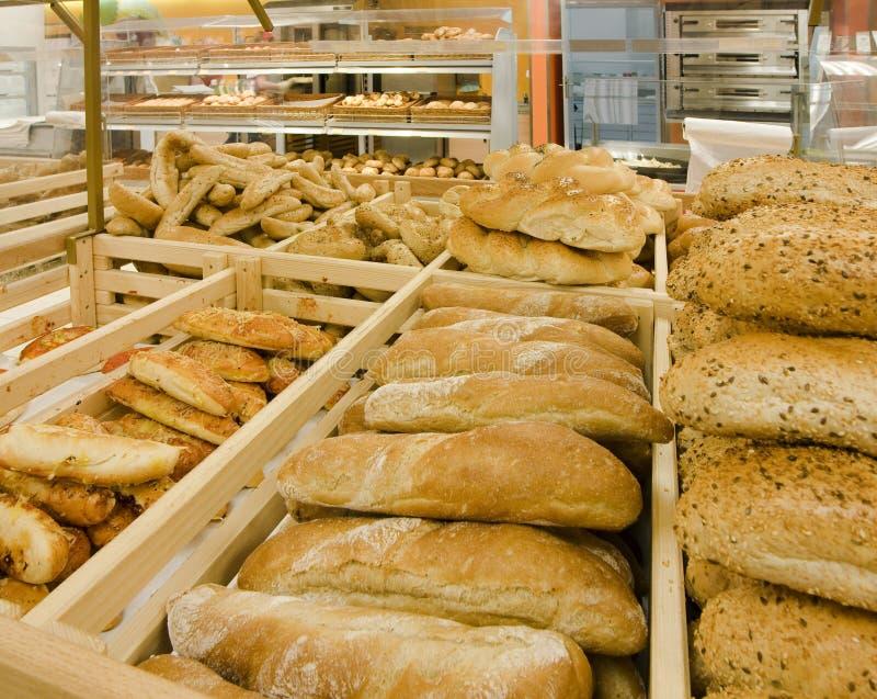 Variedade de pão em uma padaria fotografia de stock royalty free