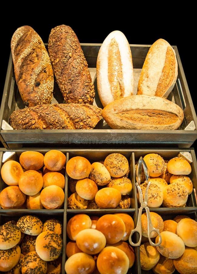 Variedade de pão francês com sésamo no fundo preto fotografia de stock