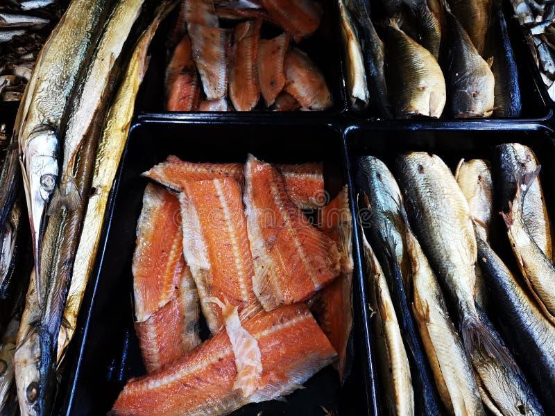 Variedade de peixes fumados para a venda imagem de stock